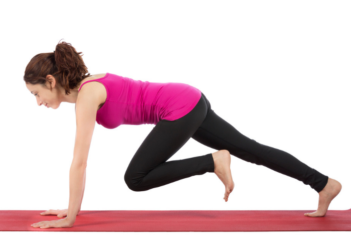 woman doing twisted mountain climber at home