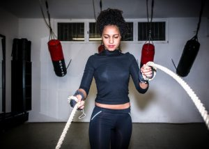 woman doing battle ropes