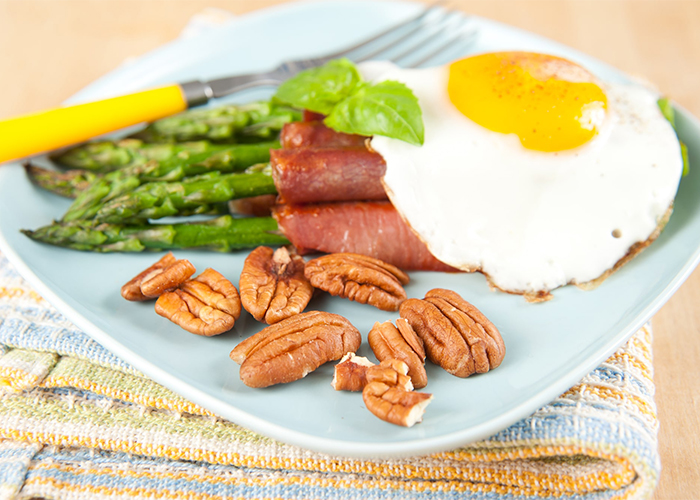 paleo breakfast with eggs asparagus and bacon